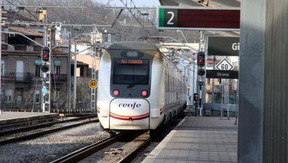 Un tren de media distancia en la provincia de Girona