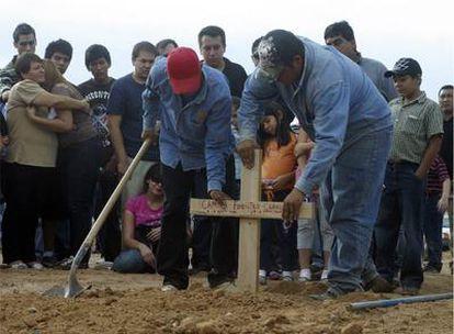 Entierro de Camila Fuentes, una niña mexicana de dos años muerta en el incendio de la guardería ABC en Hermosillo.