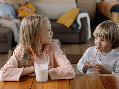 Curiosamente, la leche desnatada y semidesnatada provoca más acné que la entera, según los expertos.