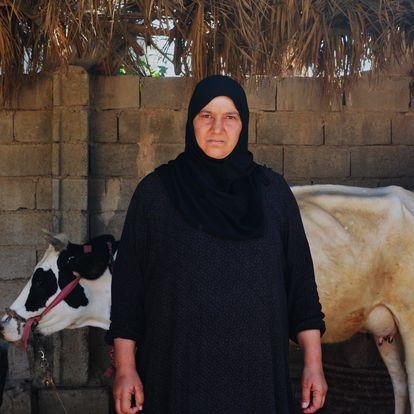 Saya Ishab junto a varias vacas en el patio de su hogar. Saya perdió a su marido, Safa. De su hijo Haiza, de entonces 16 años, no conserva nada, ni siquiera una foto.