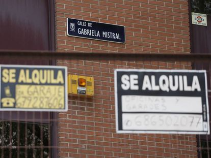 Dos carteles de alquiler en la calle de Gabriel Mistral, en Madrid.