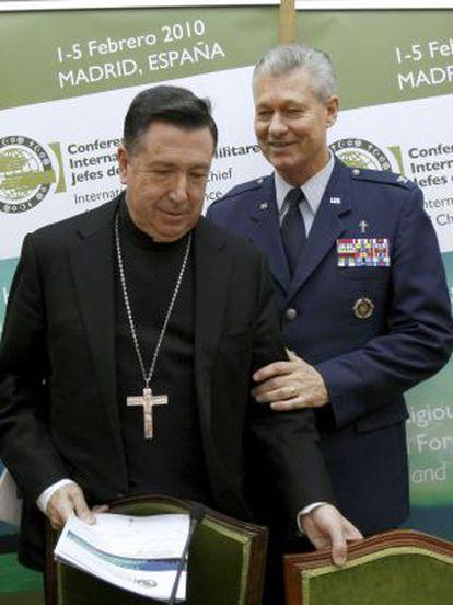 Juan del Río Martín junto al jefe del servicio religioso del Mando estadounidense de la OTAN en Europa, en una imagen de archivo