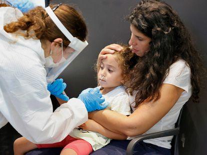 Una niña se somete a una prueba de antígenos para poder entrar a un parque temático, el jueves en Tel Aviv.
