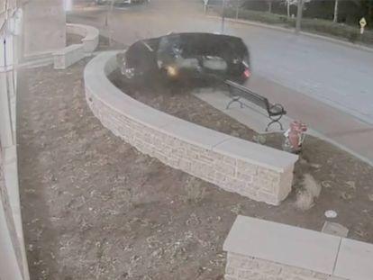 Un conductor pierde el control y se estrella contra una comisaría