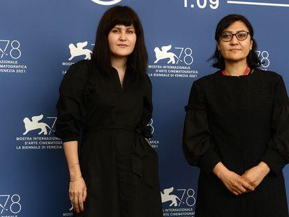 Sahraa Karimi, a la izquierda,  directora de la agencia estatal de cine Afghan Film, y Sarah Mani, en Venecia.