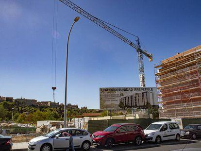 Construcción de edificios en la Vega Baja enfrente del casco histórico de Toledo.