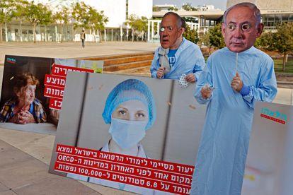 Protesta social ante el Parlamento de Israel con caretas de Benjamín Netanyahu y Benny Gantz, el miércoles en Jerusalén.