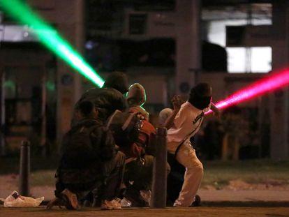 Jóvenes protestan contra el Gobierno el lunes, en Bogotá.