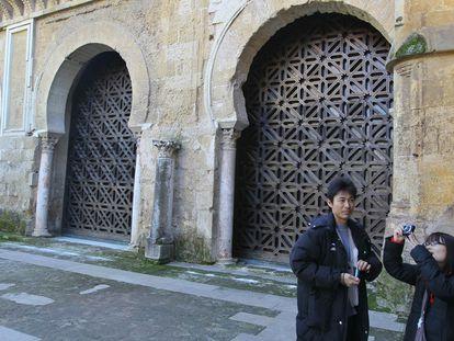 Turistas ante las celosías de Rafael de La-Hoz en la Mezquita de Córdoba.