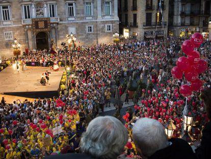 Xavier Trias i Núria Gispert contemplan desde el balcón del Ayuntamiento el primer espectáculo de las Fiestas de la Mercè.