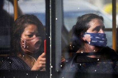Dos pasajeras con mascarilla, en un autobús en Tel Aviv.