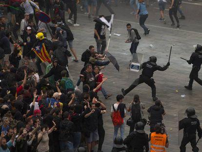 La protesta de grupos independentistas tras la sentencia del procés en octubre derivó en situaciones de caos en diversos puntos de Barcelona. En la imagen, agentes antidisturbios de la policía cargan contra manifestantes reunidos en la Terminal1 del aeropuerto de El Prat  de la capital catalana.