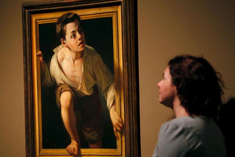 Una joven observa la obra 'Huyendo de la crítica', de Pere Borrell, en la exposición 'Realismo(s). La huella de Courbet' del Museo Nacional de Arte Contemporáneo (MNAC).