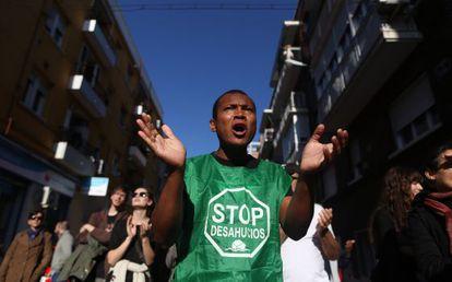 Un activista en el desahucio de Asunción, en la calle Siena de la capital.