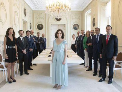 Isabel Díaz Ayuso, en primer plano, preside el primer consejo de Gobierno del nuevo Ejecutivo madrileño.