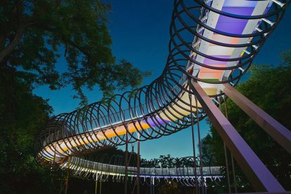 El puente <i>Slinky Springs To Fame</i>  sobre el río Emscher, de Tobias Rehberger.