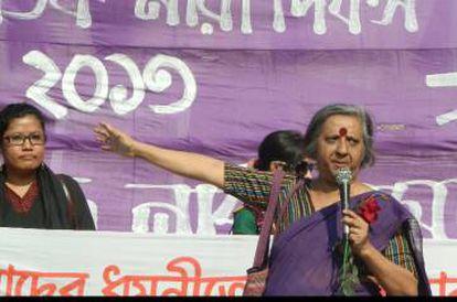 Khushi Kabir, activista feminista durante un discurso en Bangladés.