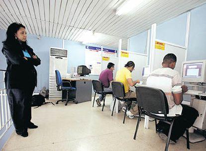 En un centro de correo electrónico de La Habana, una empleada vigila a los clientes. Yoani Sánchez en su casa de La Habana, donde escribe críticas amables contra el Gobierno en su blog