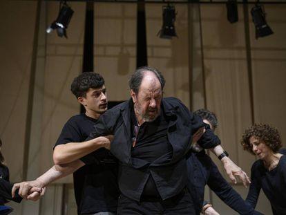 El actor Josep Mª Pou en une ensayo de la obra 'Justícia' de Guillem Clua que se representará en el TNC.