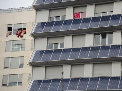 Edificio de viviendas con placas solares en un barrio de Vitoria.