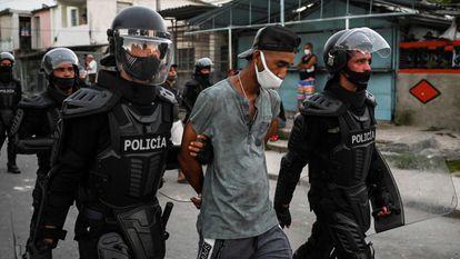 Un manifestante es detenido por la policía en La Habana durante las protestas contra el Gobierno cubano, el pasado 12 de julio.