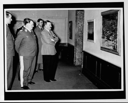 """Hermann Goering y Adolf Hitler examinan una pintura en lo que probablemente sea la exposición 'Entartete Kunst' ('Arte degenerado') realizada por el partido nazi con la intención de ilustrar que muchos artistas eran indignos de la """"raza superior""""."""