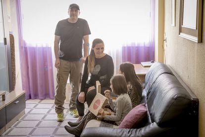 Mihaela Aldei, con su marido y sus hijas Laura y Lorena, en el comedor de su vivienda.