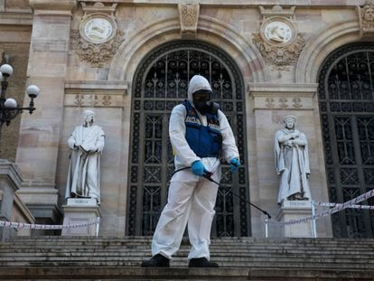 Un profesional trabaja en la desinfección y limpieza de la entrada de la Biblioteca Nacional, hoy en Madrid.