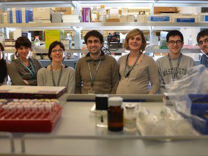 Albert Quintana, en el centro, junto al resto de su equipo en la Universidad de Washington