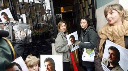 Familiares de Juan López de Uralde y miembros de Greenpeace el pasado 29 de diciembre, en Madrid.