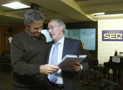 Manuel Pizarro (derecha) junto al periodista de la cadena SER Carles Francino.