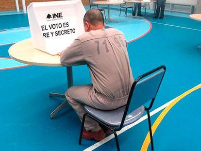 Un hombre ejerce su derecho al voto desde una cárcel de México, el pasado 18 de mayo.