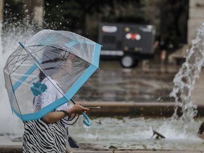 Una joven sostiene un paraguas el pasado 26 en Valencia.