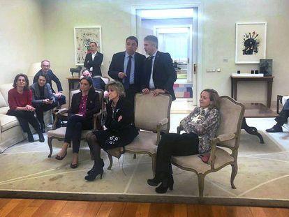 Algunos de los ministros del Gobierno escuchan la declaración del presidente Pedro Sánchez, este viernes en La Moncloa.