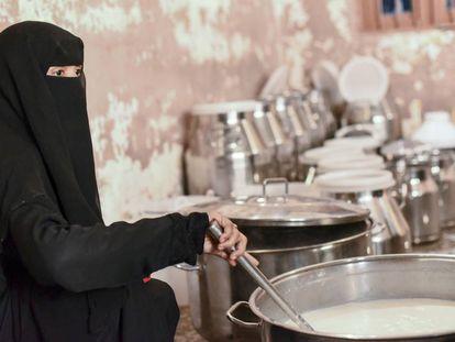 Mujeres yemeníes preparan leche para venderla en el mercado de Al Hudaydah, al oeste del país.