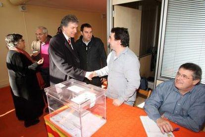 Daniel Turp, vicepresidente del partido quebequés, durante su visita a la mesa electoral de la Vila Olímpica de Banyoles en calidad de observador internacional del referéndum.