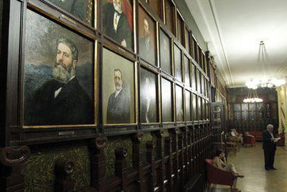 En primer término, el retrato de Joaquín Costa en una de las salas del Ateneo de Madrid.