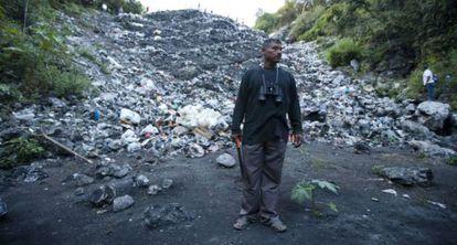 Uno de los padres de los normalistas, ante el basurero de Cocula