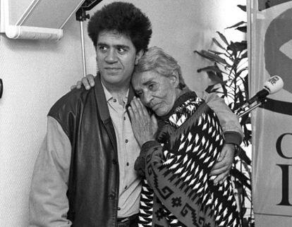 El director de cine Pedro Almodóvar con la cantante durante un acto celebrado en la Cadena SER en el año 1993