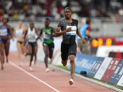 La atleta sudafricana Caster Semenya corre la prueba de 800 metros en la Diamond League, en Doha en mayo de 2019.