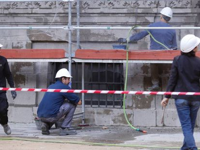 Un grupo de obreros trabaja en una calle de Sevilla.