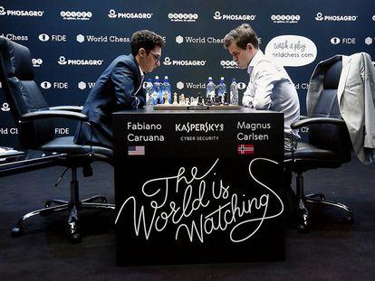 Fabiano Caruana (izquierda) se enfrenta a Magnus Carlsen durante el Mundial de ajedrez celebrado el mes pasado en Londres.