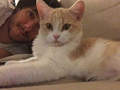 'Mía'. la gata que sí entró en casa, haciéndose un selfi conmigo.