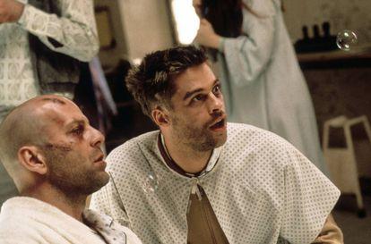 Bruce Willis y Brad Pitt, golpeados por los vaivenes espaciotemporales, en '12 monos'.