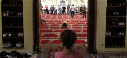 Una niña mira a los fieles en el rezo del viernes en la mezquita de la M-30.