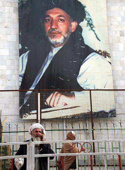 Un cartel electoral en el que se ve al actual presidente afgano, Hamid Karzai, en Kabul.