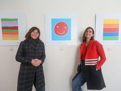 Silvia Centeno (izquierda) y Tamara Kreisler (derecha), fundadoras de la Fundación (H)Arte en el Hospital Vithas Madrid Pardo, donde exponen obras artísticas en el ámbito hospitalario.