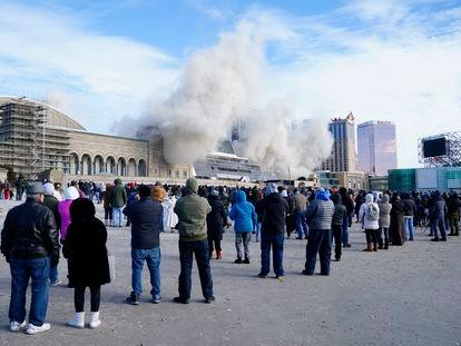 Decenas de curiosos se acercaron para ver el derribo de un casino de Trump en Nueva Jersey, este miércoles 17 de febrero.
