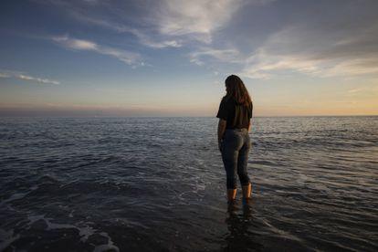 Una niña moja sus pies en la playa de Motril (Granada).
