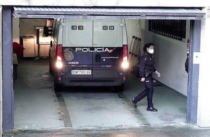 La Policía y una comisión judicial entró en el domicilio de la pareja y liberó a una de las víctimas.